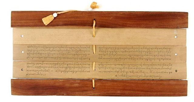 Image of Lontar palm leaf book in Balinese script. (Image by Tropenmuseum)